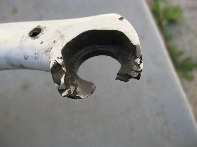 Oprava karbonového oka zadní vzpěry na kole Trek.