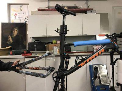 Oprava vylomeného háku přehazovačky na kole Kona Hei hei. (kinked hanger kona)